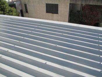 屋根材は耐候性がり色褪せを抑え、遮熱機能による温度の上昇を抑制します。これで結露による被害は防げる事と思います。