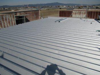 今回使用した商材はJFEガルバリウム鋼板です。耐食性、耐熱性、熱反射性等備えた優れた商品です。色は結晶模様の銀白色です。