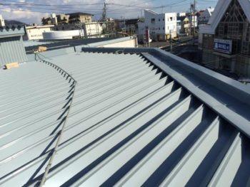 今回使用した屋根材は小型から大型店舗まで使用されている商品です。